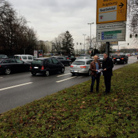 """Can Devrim Kum (Sprecher der Gruppe """"Motorisierter Individualverkehr) und Dr. Christoph Spaeth (Sprecher des AK Verkehr) diskutieren mögliche Umbaupläne der Kreuzung."""
